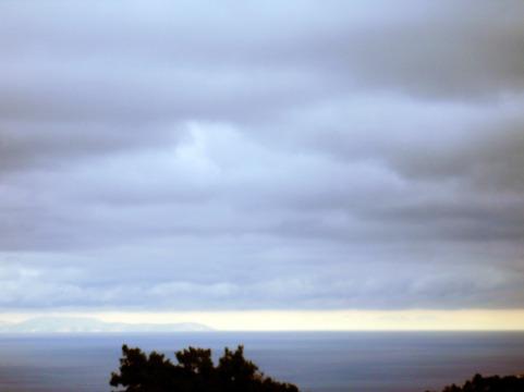 Η Χίος σήμερα, μέρα βροχερή, όπως φαίνεται από το σπίτι μας στην Ικαρία.