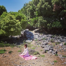 padmāsana on pink carpet Radi Ikaria