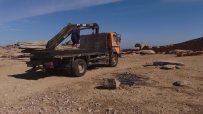 Picture 09: Oasificators' truck unloads iron bars